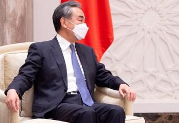 Ministro das Relações Exteriores da China, Wang Yi, disse que novas reduções das duas potências ajudariam a impulsionar o desarmamento nuclear multilateral
