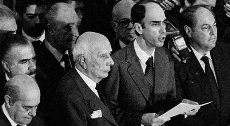 Marco Maciel discursa ao lado de Ulysses Guimarães, José Sarney e Tancredo Neves