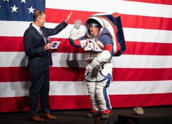 Astronautas das missões Artemis, programa da Nasa para enviar a primeira mulher e a primeira pessoa negra à lua, usarão o mais recente traje espacial