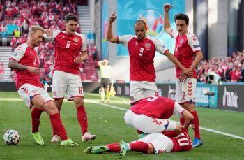 Ele foi retirado de campo com suporte de oxigênio. A partida foi suspensa pela UEFA