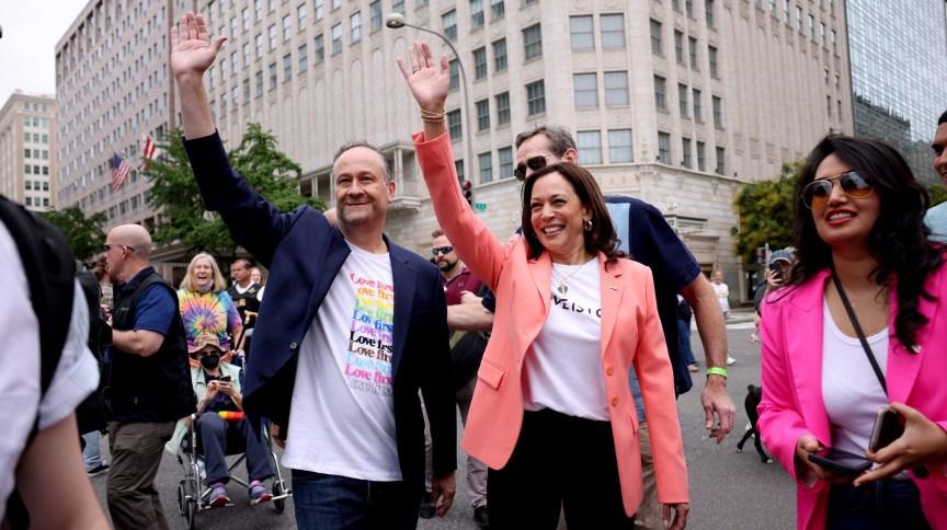 Vice-presidente Kamala Harris e marido Doug Emhoff acenam para o público