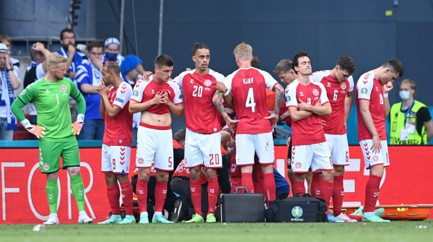 Jogadores se reuniram em volta de Christian Eriksen enquanto atleta recebia assistência médica