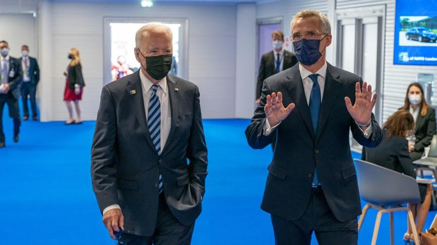 Joe Biden (E) conversa com secretário-geral da Otan, Jens stoltenberg, antes de cúpula em Bruxelas