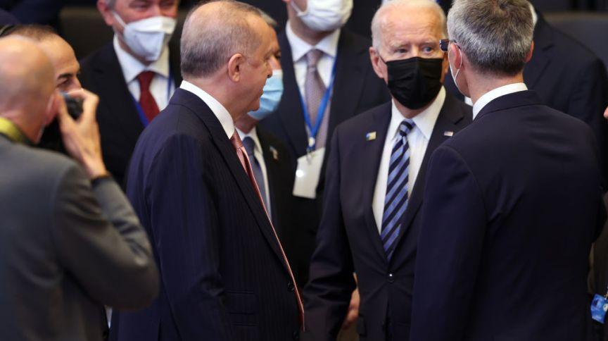 O presidente turco Recep Tayyip Erdogan, o presidente dos EUA Joe Biden e o secretário-geral da Otan, Jens Stoltenberg, na cúpula da Otan nesta segunda-feira (14)