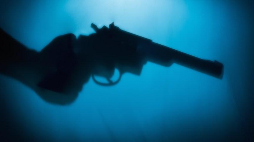 O atirador identificado como Victor Lee Tucker Jr, 30, utilizou uma pistola e mais tarde se envolveu em um tiroteio com o policial fora de serviço, no qual ambos ficaram feridos
