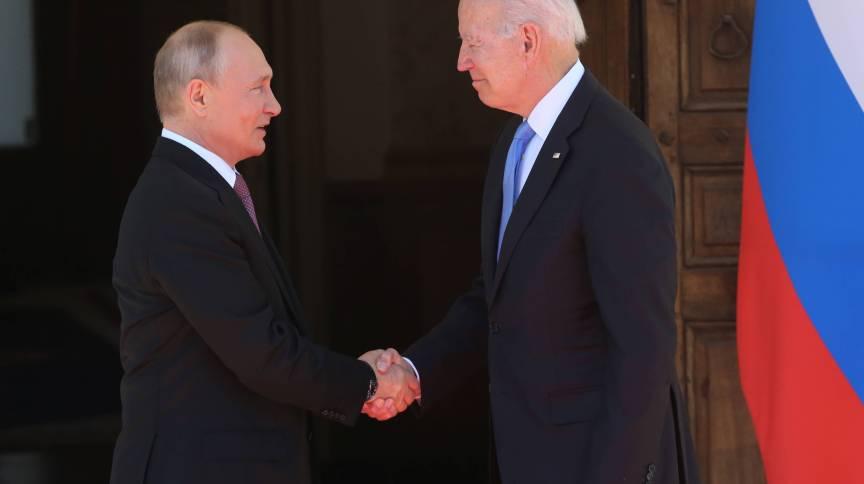 Vladimir Putin e Joe Biden apertam mãos em Genebra, na Suíça