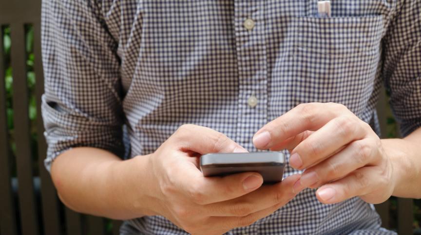 Homem usa celular