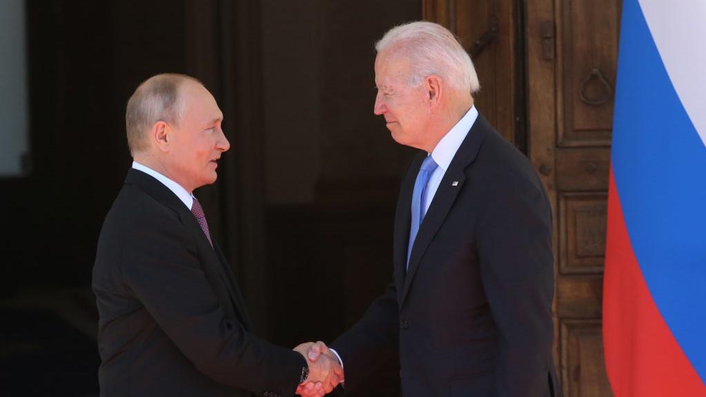 Os presidentes Joe Biden, dos Estados Unidos, e Vladimir Putin, da Rússia