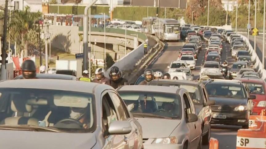 Motoristas enfrentam trânsito na zona sul de São Paulo