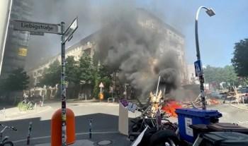 Cerca de 200 policiais participaram da operação, usando canhões de água para limpar as barricadas e protestos