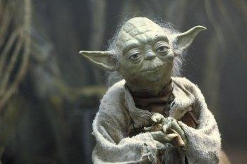 Nesse Dia de Star Wars, aproveite para rever os filmes, mas também analise as semelhanças da história com o momento atual da vida real