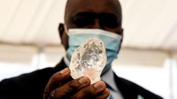 """A pedra de 1.098 quilates, considerada o terceiro maior diamante """"de qualidade"""" já encontrado, foi apresentada ao presidente Mokgweetsi Masisi"""