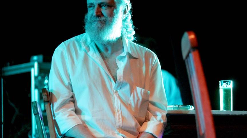 Arquivo: compositor e escritor Aldir Blanc, durante show realizado no Teatro Carlos Gomes, no Rio de Janeiro, em 24 de novembro de 2004. Aldir morreu aos 73 anos, na madrugada desta segunda-feira (4), no Hospital Universitário Pedro Ernesto.