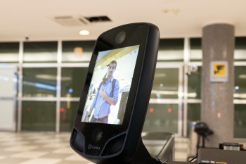 Quem embarcar nesses voos não precisa apresentar passagem aérea nem documento de identificação. Basta mostrar o rosto (sem máscara)