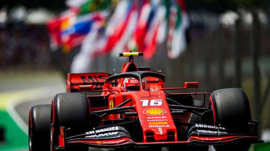 Carro do piloto Charles Leclerc, da Ferrari, disputando o Grande Prêmio de São Paulo em 17/11/2019