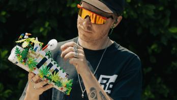 A fabricante relança o modelo Superstar com bases para encaixar peças de Lego. Ideia é que o dono use peças do brinquedo para customizar o próprio tênis