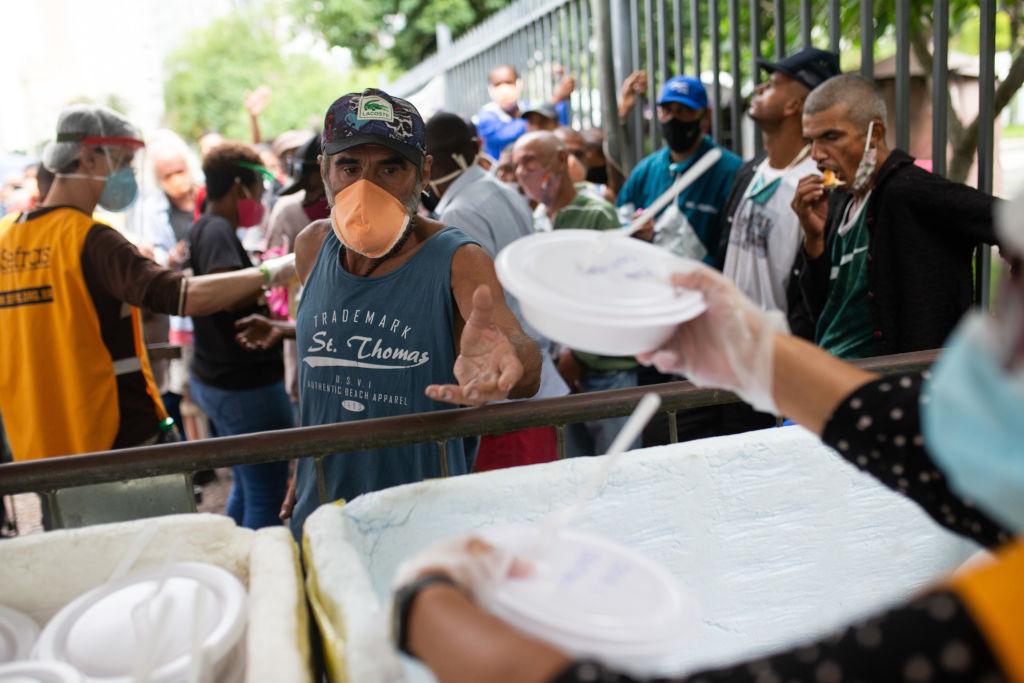Distribuição de alimentos para moradores em situação de rua