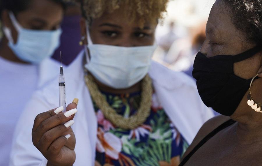 Enfermeira prepara dose de vacina contra o coronavírus