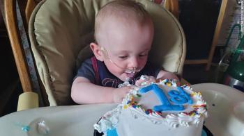 Nascido com menos de meio quilo, o pequeno Richard Hutchinson, dos Estados Unidos, foi nomeado pelo Guinness World Records o bebê mais prematuro a sobreviver