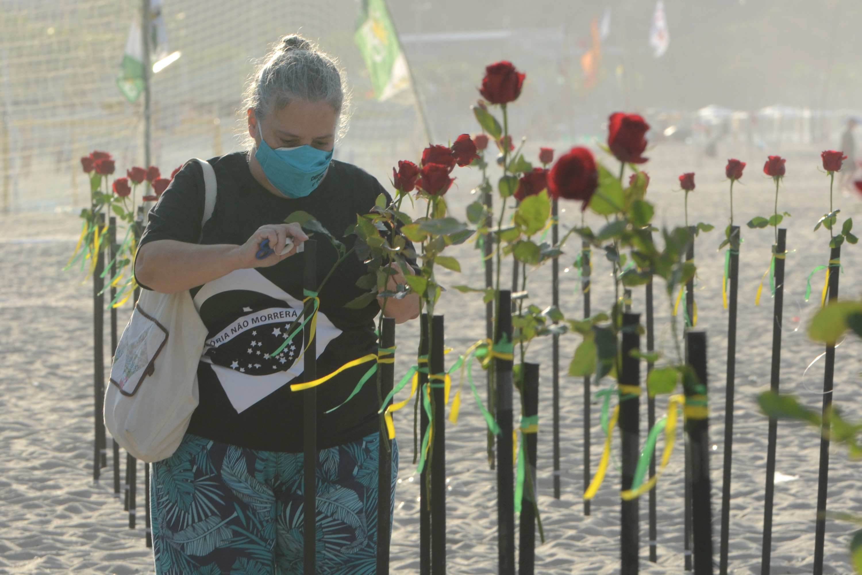 ONG faz protesto no Rio em memória dos mais de 500 mil mortos pela Covid-19