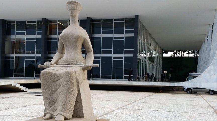 Estátua da Justiça em frente ao prédio do STF em Brasília (16.mar.2020)