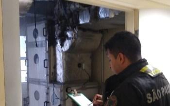 De acordo com o Corpo de Bombeiros, chamas começaram em um duto de ar condicionado e foram controladas; não há relato de vítimas