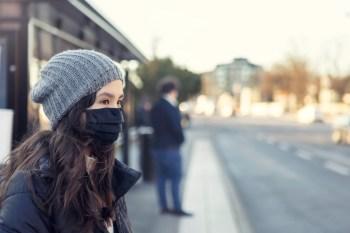 Estação mais fria do ano começou nesta segunda-feira (21). Baixas temperaturas favorecem a transmissão de gripe, resfriado e Covid-19. Saiba como se proteger