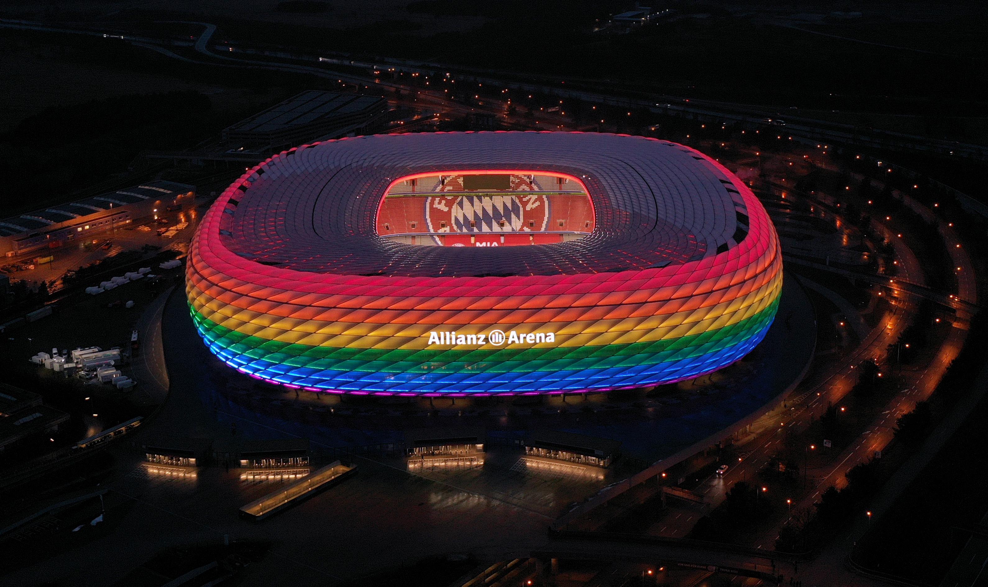 Allianz Arena em Munique, Alemanha, iluminada com as cores do arco-íris