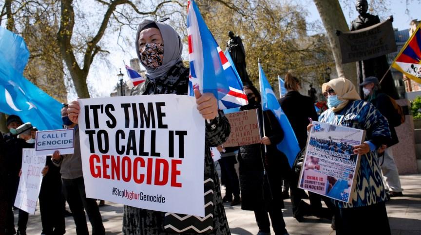 Membros da comunidade uigur protestam em Londres contra a China