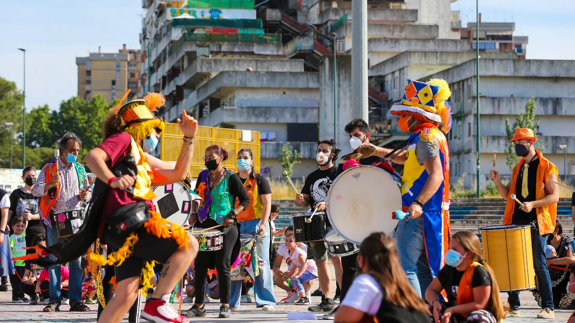 De máscara, italianos participam de flash mob na cidade de Nápoles