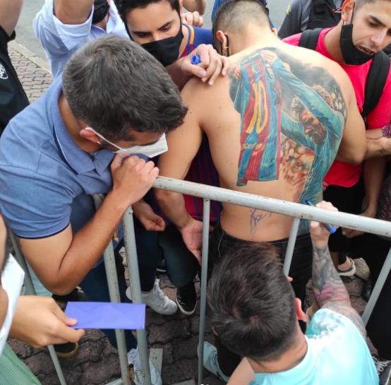 Messi assina tatuagem de brasileiro