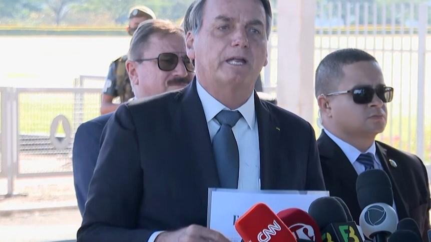 Presidente Jair Bolsonaro na saída do Palácio do Alvorada