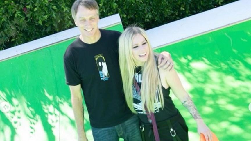 Tony Hawk, campeão do skate, e Avril Lavigne, cantora que estourou nos anos 2000 com o estilo pop rock