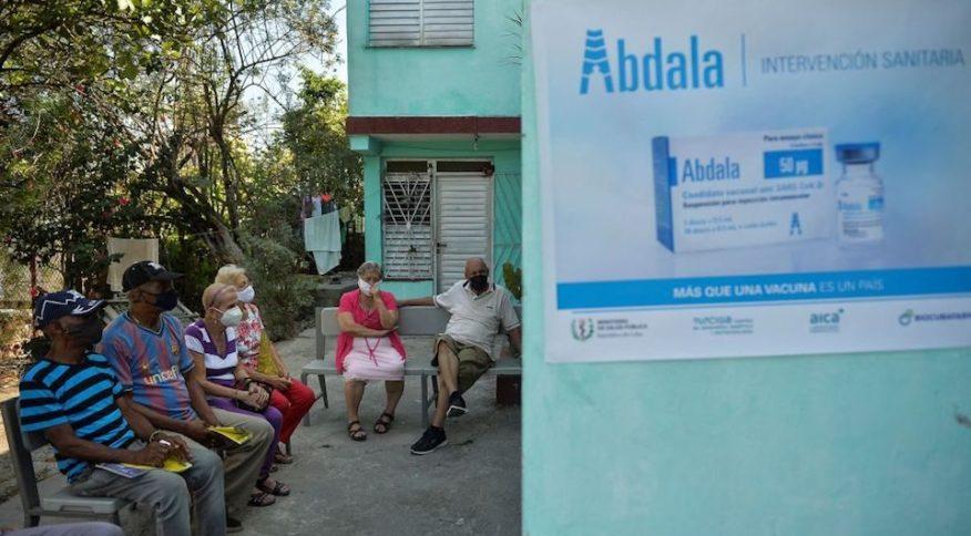 Idosos aguardam na fila para receber a candidata a vacina Abdala contra a Covid-19 em Havana, Cuba