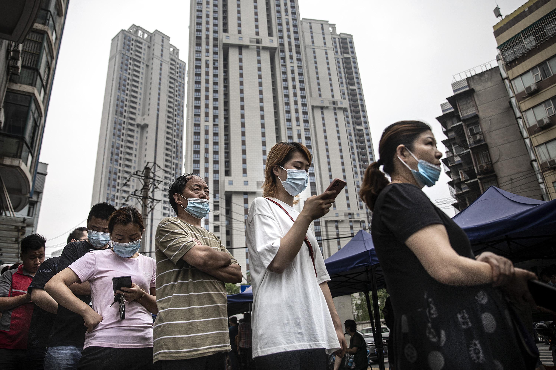 Residentes de Wuhan, na China, em fila para se vacinar contra Covid-19