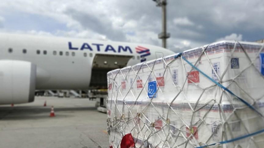 Embarque de vacinas contra Covid em voo da Latam