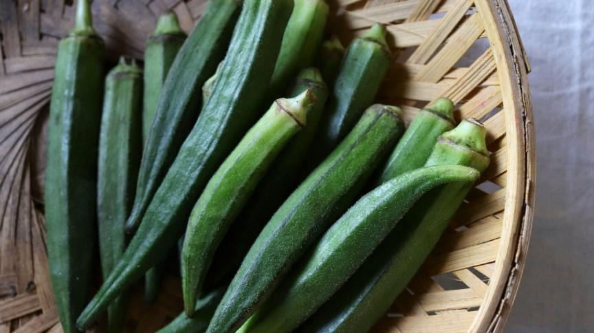 O quiabo é uma boa fonte de vitamina A, vitamina C e folato, além de ter pouco carboidrato
