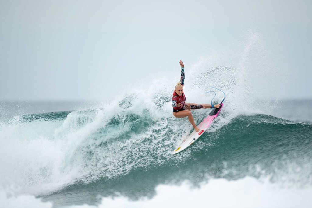 As surfistas Tatiana Weston-Webb e Silvana Lima, no feminino, garantiram vaga pa