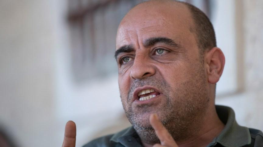 Nizar Banat fala a jornalistas na casa da família dele em Hebrom