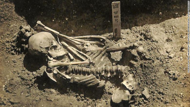 O homem adulto foi escavado no local de Tsukumo, perto do Mar Interior de Seto, no Japão