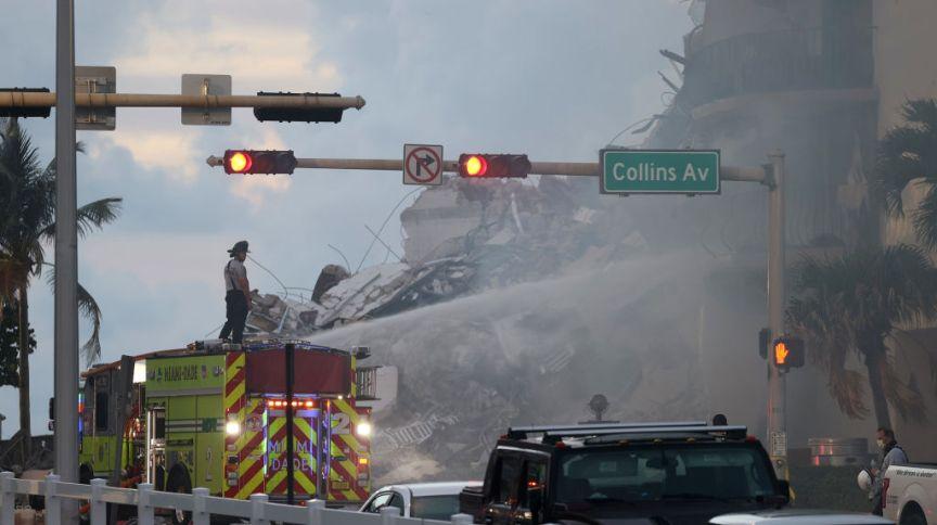 Bombeiros apagam foco de incêndio em prédio que desabou na Flórida; número de mortos subiu para 4