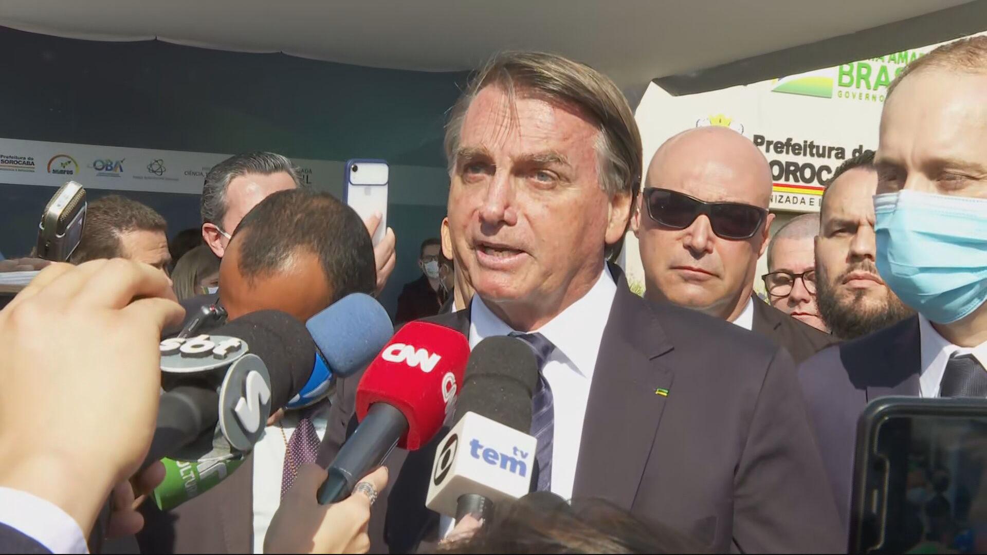Presidente Jair Bolsonaro (sem partido) fala com jornalistas em Sorocaba (SP)
