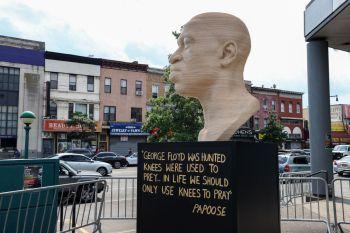 Estátua de homem negro morto por policial branco nos EUA foi pichada com nome de grupo supremacista branco; prefeito de NY disse que ação é desprezível
