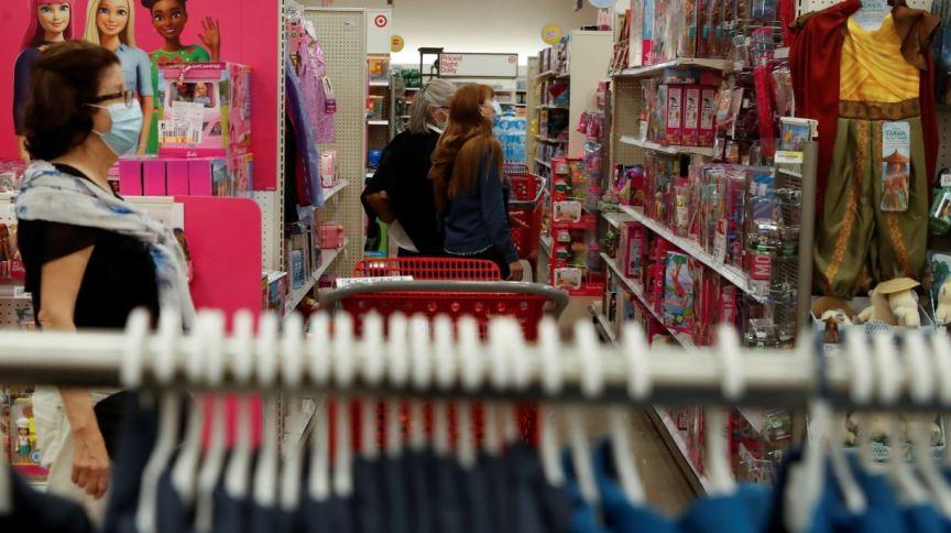 Consumidores fazem compras em loja Target de Nova York
