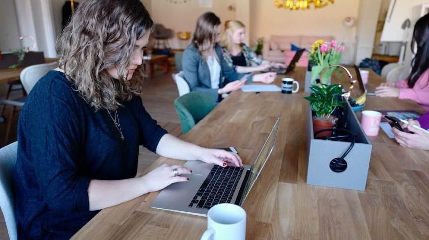 Mulheres trabalhando em um escritório de coworking: retomada da economia será fundamental para manter taxa de desemprego