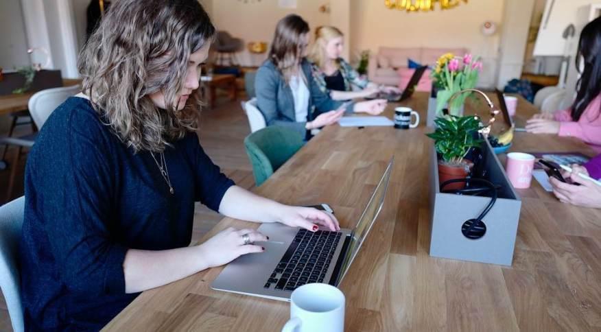 Mulheres em um escritório de coworking: estágio da BV tenta corrigir gap no mercado financeiro