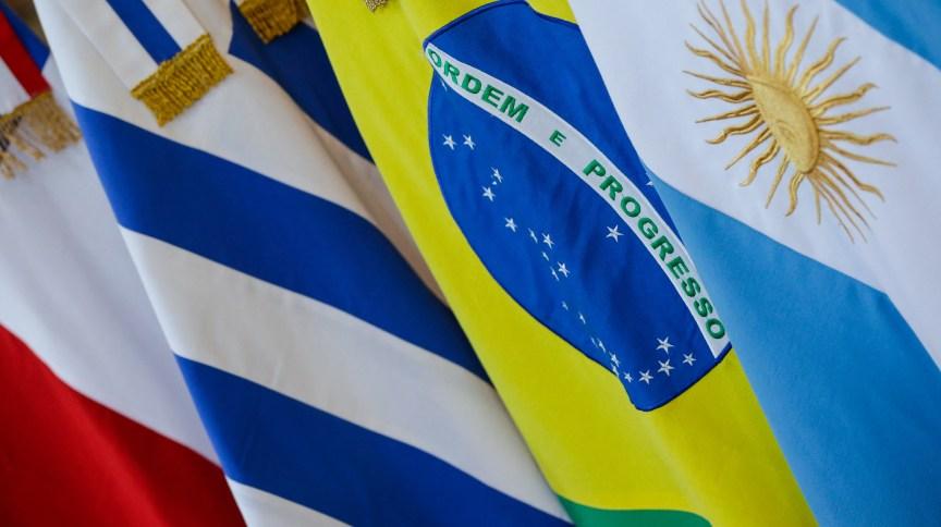 Bandeiras dispostas para a 54ª Cúpula do Mercosul