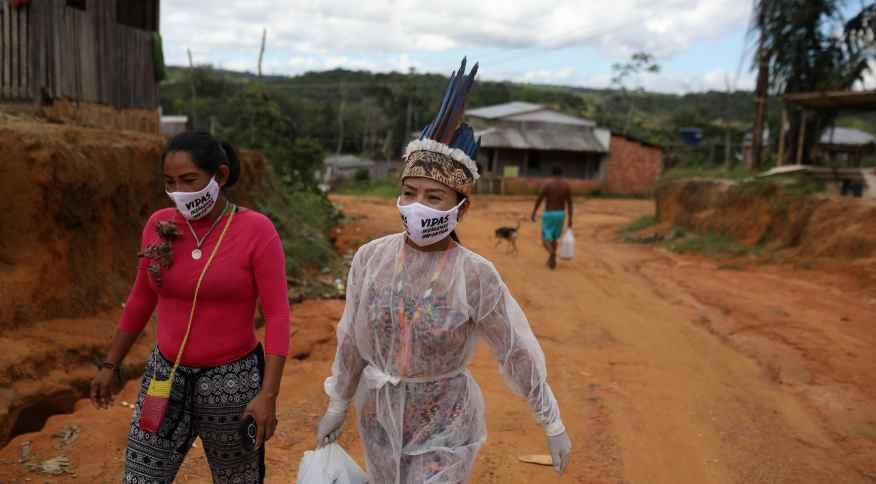 Vanderlecia Ortega dos Santos, técnica de enfermagem indígena, trabalha de forma voluntária em seu comunidade contra a Covid-19