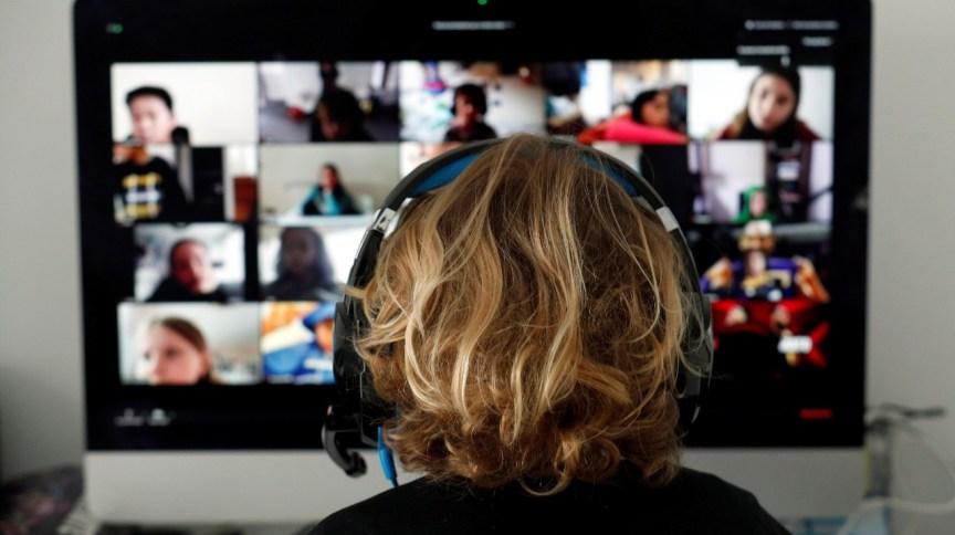 Estudante tem aulas online com seus colegas usando o aplicativo Zoom em casa, durante a pandemia de coronavírus em El Masnou, ao norte de Barcelona, Espanha (02/04/2020)