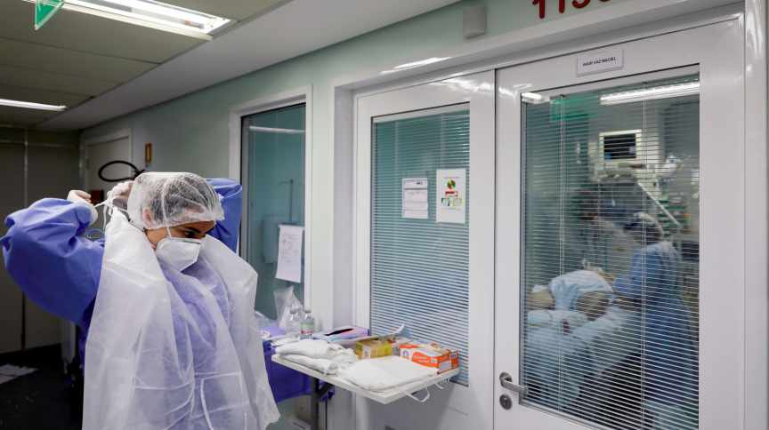 Profissional da saúde em hospital de Porto Alegre (RS) em meio à pandemia de coronavírus, 17 de abril de 2020.